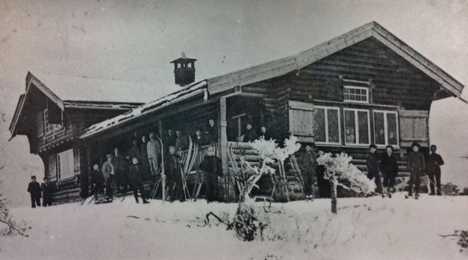 Høiås - the club cabin of Halden Skiklubb around 1906.